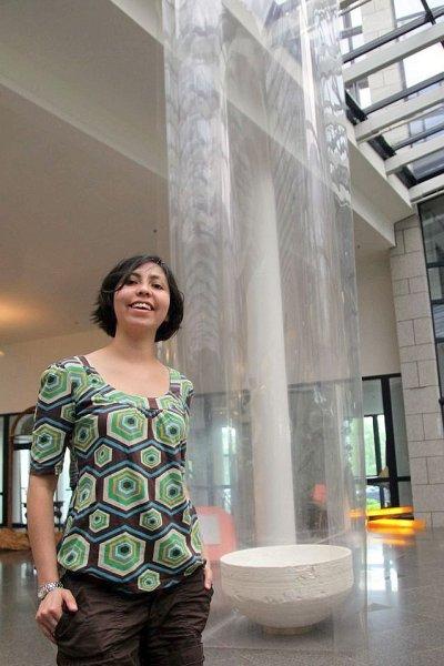 Presiträgerin Ximena Garcia vor ihrem Kunstwerk